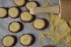 Τα σπιτικά, στρογγυλά βουτύρου μπισκότα με τη σοκολάτα κομπάζουν Στοκ εικόνα με δικαίωμα ελεύθερης χρήσης