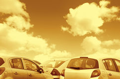 Τα σταθμευμένα αυτοκίνητα τόνισαν καφετή Στοκ Εικόνες