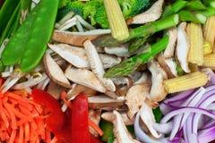 τα στενά φρέσκα τηγανητά ανακατώνουν επάνω τα λαχανικά Στοκ Φωτογραφία