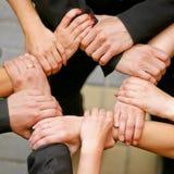 τα στενά χέρια διατηρούν τη &sig Στοκ εικόνα με δικαίωμα ελεύθερης χρήσης