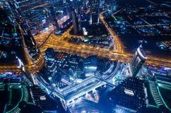 Τα στο κέντρο της πόλης φω'τα και ο Σεϊχης νέου πόλεων του Ντουμπάι φουτουριστικά ο δρόμος στοκ φωτογραφίες
