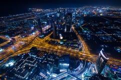 Τα στο κέντρο της πόλης φω'τα και ο Σεϊχης νέου πόλεων του Ντουμπάι φουτουριστικά ο δρόμος στοκ φωτογραφία