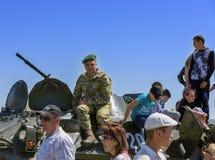 Τα στρατεύματα συνόρων της Ουκρανίας ` s καταδεικνύουν τη στρατιωτική τεχνολογία στα παιδιά Στοκ Εικόνες