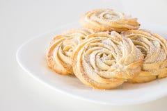 Τα στρογγυλά τριαντάφυλλα μπισκότων κουλουρακιών διαμορφώνουν το άσπρο πιάτο Άσπρο backgroun Στοκ φωτογραφία με δικαίωμα ελεύθερης χρήσης