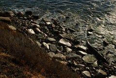 Τα στρώματα της ακτής όπως βλέπει άνωθεν από το νερό στους βράχους στην παραλία και τελικά στην ξηρά βούρτσα στους λόφους στοκ φωτογραφίες