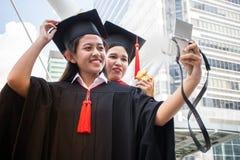 Τα συγχαρητήρια εκπαίδευσης έννοιας στο πανεπιστήμιο, selfie παίρνουν τη φωτογραφία στοκ φωτογραφία με δικαίωμα ελεύθερης χρήσης