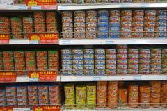Τα συντηρημένα ψάρια μπορούν τρόφιμα που πωλούνται στην υπεραγορά Στοκ Εικόνες