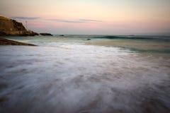 Τα συντρίβοντας κύματα σε Praia DA Poça, São João κάνουν το Εστορίλ, Κασκάις Στοκ φωτογραφία με δικαίωμα ελεύθερης χρήσης
