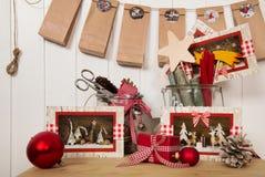 Τα συσκευάζοντας κόκκινη χριστουγεννιάτικα δώρα και η παραγωγή ή η εμφάνιση γανωτών στοκ εικόνες με δικαίωμα ελεύθερης χρήσης
