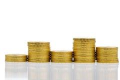 Τα συσσωρευμένα νομίσματα και κατεβάζουν Στοκ Εικόνα