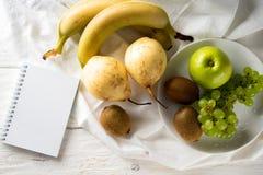 Τα συστατικά για τη σαλάτα φρούτων είναι στον πίνακα στοκ φωτογραφίες