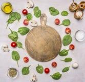 Τα συστατικά για τη σαλάτα, τα χορτάρια και τα καρυκεύματα, ευθυγράμμισαν το πλαίσιο σε ένα άσπρο αγροτικό υπόβαθρο, γύρω από τον Στοκ εικόνες με δικαίωμα ελεύθερης χρήσης