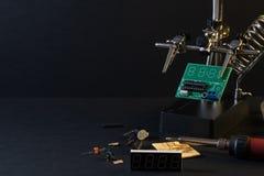 Τα συστατικά του κύριου πίνακα στο στάδιο της συγκέντρωσης της τελειωμένης συσκευής για την περαιτέρω χρήση στοκ εικόνες