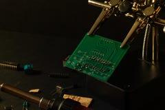 Τα συστατικά του κύριου πίνακα στο στάδιο της συγκέντρωσης της τελειωμένης συσκευής για την περαιτέρω χρήση στοκ φωτογραφία με δικαίωμα ελεύθερης χρήσης