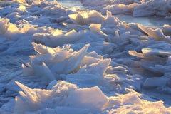 Τα σχέδια που γίνονται από τον παγετό στην παγωμένη λίμνη Στοκ Εικόνες