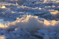 Τα σχέδια που γίνονται από τον παγετό στην παγωμένη λίμνη Στοκ Φωτογραφία
