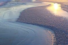 Τα σχέδια που γίνονται από τον παγετό στην παγωμένη λίμνη Στοκ φωτογραφίες με δικαίωμα ελεύθερης χρήσης