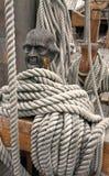 Τα σχοινιά γύρω από μια ξύλινη σφήνα, διευθύνουν διαμορφωμένος Στοκ Εικόνες