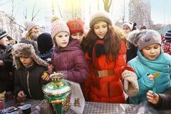 Τα σχολικά παιδιά γιορτάζουν την εβδομάδα τηγανιτών Maslenitsa Στοκ φωτογραφία με δικαίωμα ελεύθερης χρήσης