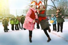 Τα σχολικά παιδιά γιορτάζουν την εβδομάδα τηγανιτών Maslenitsa Στοκ Φωτογραφίες