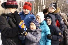Τα σχολικά παιδιά γιορτάζουν την εβδομάδα τηγανιτών Maslenitsa Στοκ Φωτογραφία