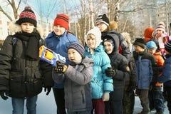 Τα σχολικά παιδιά γιορτάζουν το βλαστό φεστιβάλ Maslenitsa competiton Στοκ Φωτογραφίες
