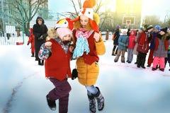 Τα σχολικά παιδιά γιορτάζουν Maslenitsa Παιχνίδι Cockfight Στοκ Εικόνες