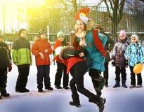Τα σχολικά παιδιά γιορτάζουν Maslenitsa Παιχνίδι Cockfighting Στοκ Φωτογραφία