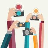 Τα σύγχρονα επίπεδα χέρια φωτογράφων με τις συσκευές παίρνουν τη φωτογραφία Στοκ φωτογραφία με δικαίωμα ελεύθερης χρήσης