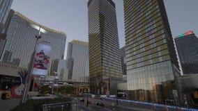 Τα σύγχρονα κτήρια της κινεζικής γλώσσας Vdara και του ξενοδοχείου της Aria στο Λας Βέγκας - άποψη βραδιού - ΗΠΑ 2017 απόθεμα βίντεο