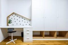 Τα σύγχρονα παιδιά παίζουν το δωμάτιο με το κρεβάτι και το γραφείο μελέτης Στοκ Εικόνες