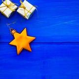 Τα σύμβολα Χριστουγέννων και οι διακοσμήσεις δέντρων όπως τα κιβώτια παρουσιάζουν Στοκ Εικόνα
