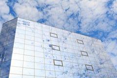 Τα σύννεφα απεικονίζονται στα γυαλιά των παραθύρων ενός σύγχρονου κτηρίου Αριστερή άποψη Στοκ Φωτογραφίες