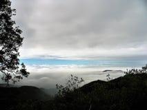 Τα σύννεφα βουνών επάνω υψηλά αγνοούν στοκ φωτογραφία με δικαίωμα ελεύθερης χρήσης