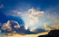 Τα σύννεφα βροχής ο ήλιος στοκ εικόνα