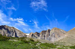 Τα σύννεφα εμφανίζονται από την αιχμή Longs Στοκ φωτογραφία με δικαίωμα ελεύθερης χρήσης