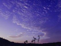 Τα σύννεφα επέπλεαν πέρα από το μπλε ουρανό Στοκ Φωτογραφία
