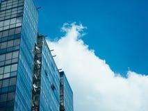 Τα σύννεφα επιπλέουν μετά από τα παράθυρα του διαμερίσματός σας σε έναν ουρανοξύστη Στοκ εικόνα με δικαίωμα ελεύθερης χρήσης