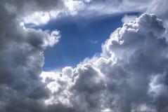 Τα σύννεφα θύελλας, άσπρος σωρείτης φυσικού υποβάθρου καλύπτουν με τα σκοτεινά βροντερά μπαλώματα στο υπόβαθρο μπλε ουρανού Στοκ Εικόνες