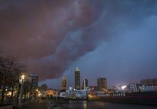 Τα σύννεφα θύελλας συλλέγουν πέρα από τον ορίζοντα του Κλίβελαντ Στοκ εικόνα με δικαίωμα ελεύθερης χρήσης