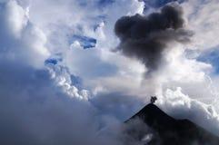 Τα σύννεφα και η τέφρα αναμιγνύουν μαζί όπως το ηφαίστειο Fuego εκρήγνυται από το φως της ημέρας στοκ φωτογραφίες με δικαίωμα ελεύθερης χρήσης