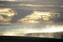 Τα σύννεφα και η υδρονέφωση πέρα από το νότο κατεβάζουν Στοκ εικόνες με δικαίωμα ελεύθερης χρήσης