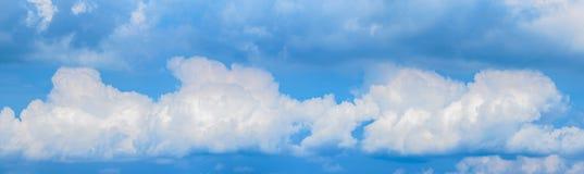 Τα σύννεφα και οι ουρανοί που είναι στο ταϊλανδικό έθνος είναι πανοραμικές εικόνες στοκ εικόνα με δικαίωμα ελεύθερης χρήσης
