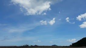 Τα σύννεφα και ο μπλε ουρανός απόθεμα βίντεο