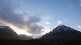 Τα σύννεφα και το ηλιοβασίλεμα μέσα etive απόθεμα βίντεο