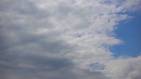 Τα σύννεφα καλύπτουν το μπλε ουρανό, Timelapse Ροές αέρα στην ατμόσφαιρα απόθεμα βίντεο
