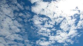 Τα σύννεφα κινούνται στο μπλε ουρανό με φωτεινά να λάμψουν ήλιων Timelapse απόθεμα βίντεο