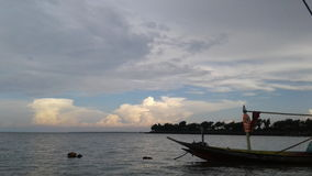 τα σύννεφα με μια βάρκα στοκ εικόνες με δικαίωμα ελεύθερης χρήσης