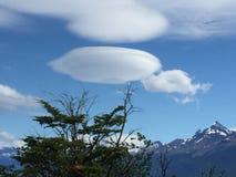 Τα σύννεφα, μοιάζουν με το διαστημόπλοιο που προσγειώνεται, φύση Στοκ Εικόνα