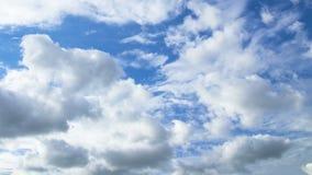 Τα σύννεφα πετούν στα ύψη πέρα από την οθόνη Χρονικό σφάλμα απόθεμα βίντεο